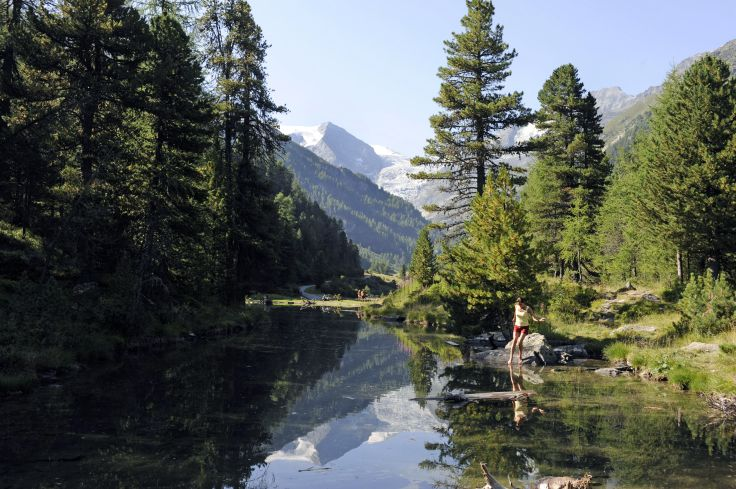 Le petit lac de montagne Braendjisee dans la vallee de Turtmanntal - Suisse