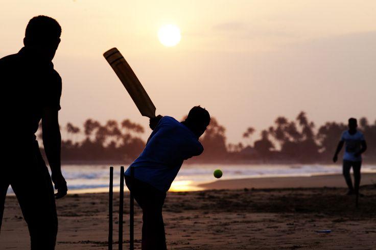 Garçon jouant au cricket sur la plage -  Sri Lanka