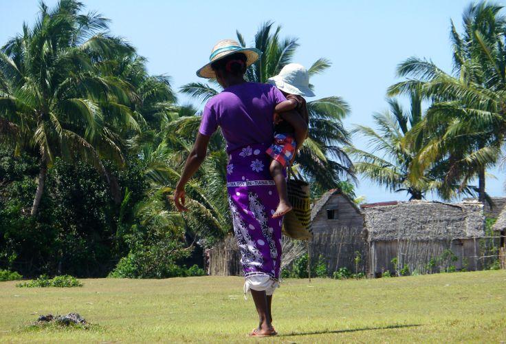 Villageoise et son enfant - Ambahy - Pangalanes - Madagascar