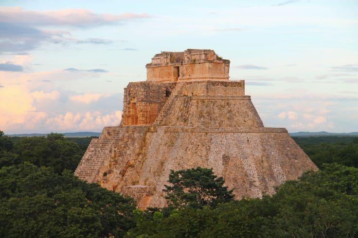 Vue de la pyramide d'Uxmal au coucher du soleil - Mexique