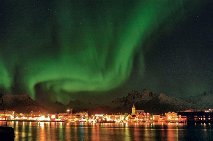 Aurore Boréale au dessus de la ville de Svolvaer - Norvège