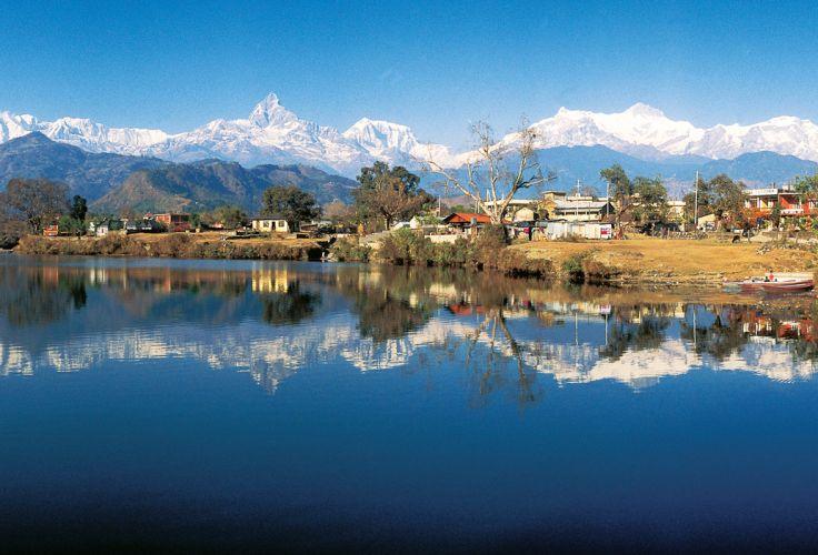 Annapurnas vues du lac Phewa - Région de Pokhara - Népal