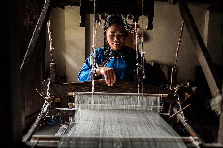 Femme chinoise qui tisse