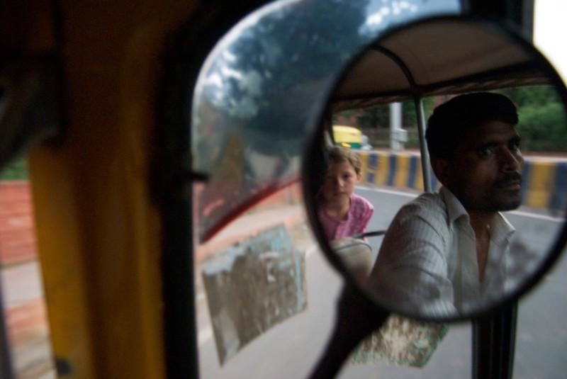 enfants dans une petite voiture en Inde
