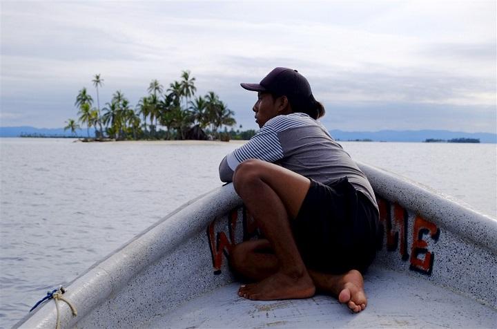 femme sur un bateau sur l'Archipel San Blas