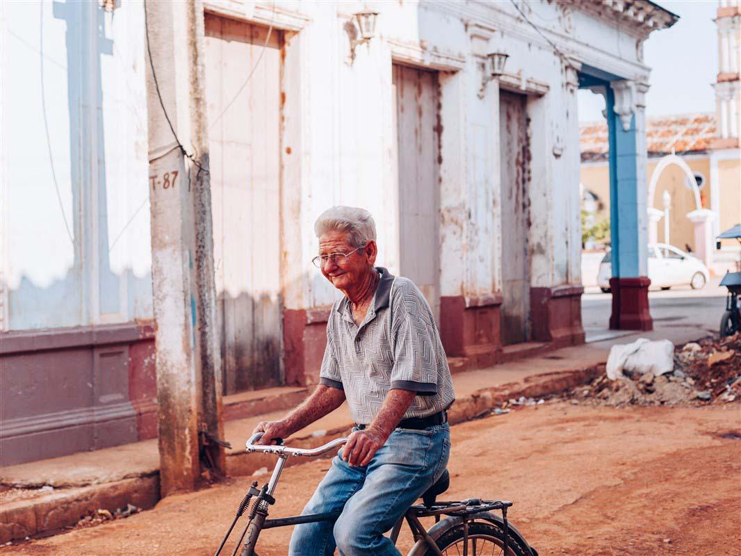 Homme à vélo à Cuba
