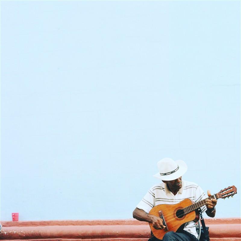 homme qui joue de la musique dans la rue