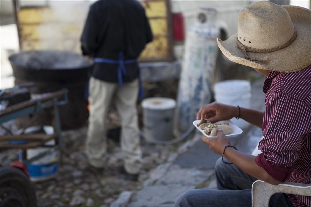 homme qui mange dans la rue à Mineral de Pozos