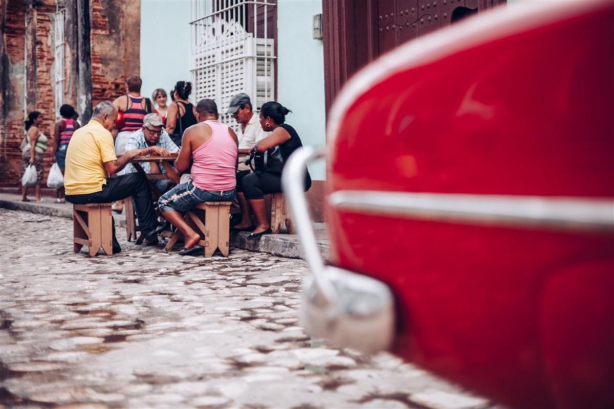joueurs dans la ville à Cuba